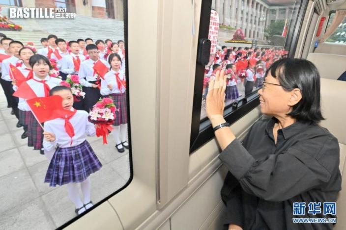6月29日,慶祝中國共產黨成立100周年「七一勳章」頒授儀式在北京人民大會堂金色大廳隆重舉行。這是「七一勳章」獲得者張桂梅向青少年致意。新華社記者 岳月偉 攝