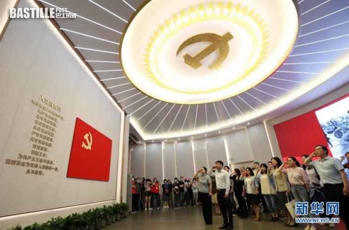 6月3日,黨員在全新開館的上海中共一大紀念館裏重溫入黨誓詞。新華社記者 劉穎 攝