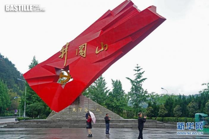 遊客在江西井岡山「井岡紅旗」雕塑前參觀、拍照(4月27日攝)。新華社記者 萬象 攝
