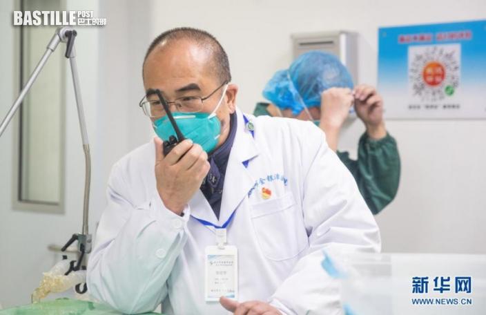 張定宇在武漢金銀潭醫院綜合病區樓聯繫、協調工作(2020年1月27日攝)。新華社發(柯皓 攝)