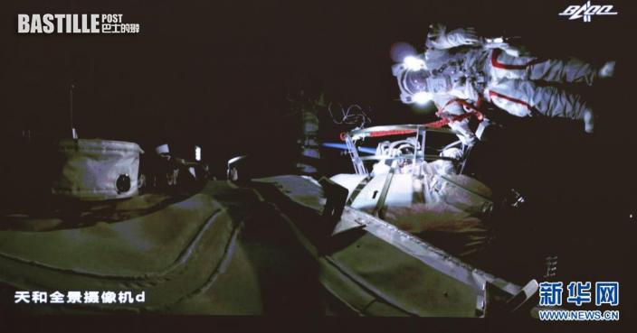 7月4日在北京航天飛行控制中心大屏拍攝的神舟十二號乘組航天員劉伯明、湯洪波在艙外工作場面。新華社記者 金立旺 攝