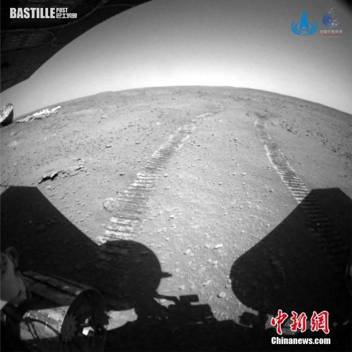 圖為「祝融號」火星車在接近和駛離過程中,火星車後避障相機拍攝到的降落傘與背罩的圖像。 中新社發 中國國家航天局 供圖