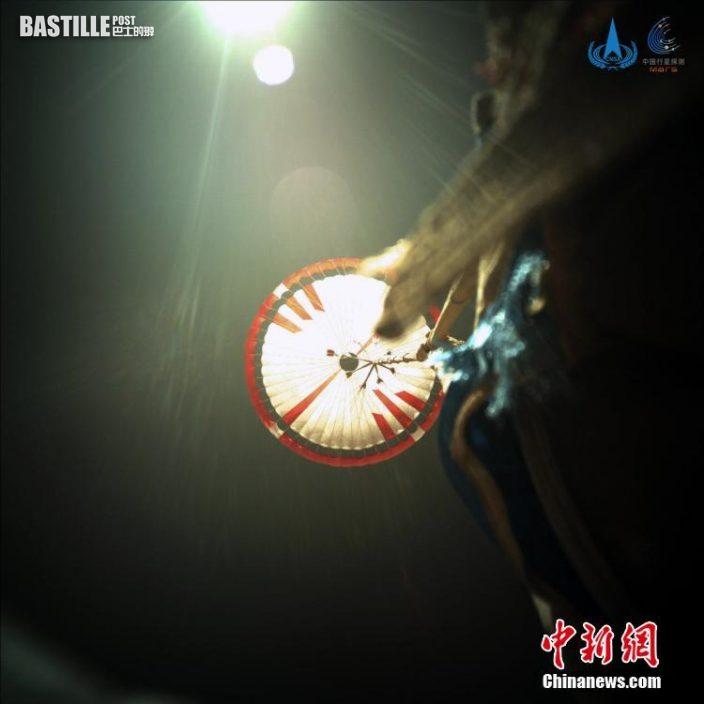 圖為5月15日著陸過程中降落傘打開後的圖像。 中新社發 中國國家航天局  供圖