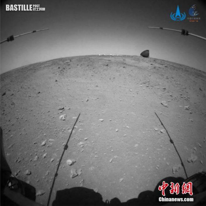 圖為「祝融號」火星車在接近和駛離過程中,火星車前避障相機拍攝到的降落傘與背罩的圖像。 中新社發 中國國家航天局 供圖