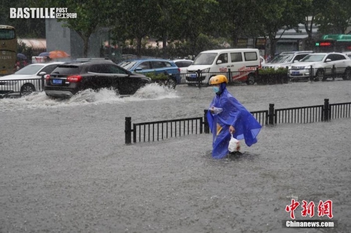 7月20日,河南鄭州,一名外賣員在暴雨中送餐。