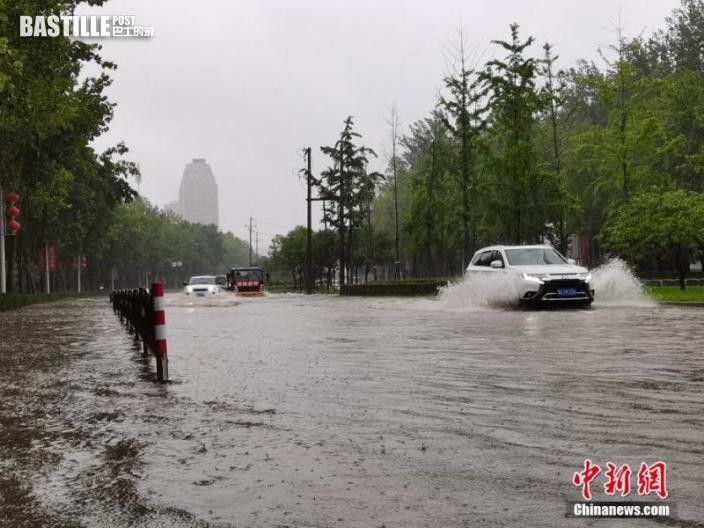 7月20日,河南鄭州,車輛從積水路段通過。