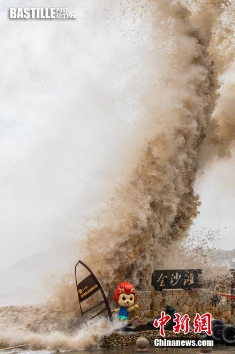 24日上午,受今年第6號颱風「煙花」影響,又恰逢天文大潮,浙江台州溫嶺石塘鎮金沙灘海域掀起近30米的驚濤巨浪。24日10時,浙江啟動重大氣象災害Ⅰ級響應。浙江重大氣象災害(颱風)業務服務提升為Ⅰ級應急響應。(范宇斌文 徐偉傑攝)