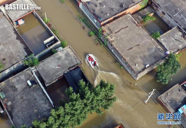 7月23日,特戰救援隊的隊員駕駛橡皮艇在關屯村搜尋受困群眾(無人機照片)。nn  近日,河南新鄉衛輝市遭遇連續強降雨天氣,地勢低洼的關屯村受災嚴重。接到救援信息後,來自山東的民間救援團隊特戰救援隊趕赴關屯村,隊員們利用專業知識及設備,成功轉移群眾40餘人。nn  新華社記者 李嘉南 攝