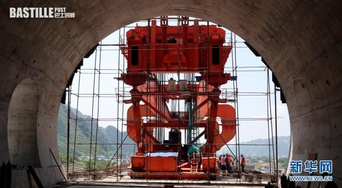 7月26日,貴南高鐵澄江雙線特大橋施工人員在吊裝最後一榀箱梁。新華社發(高東風 攝)
