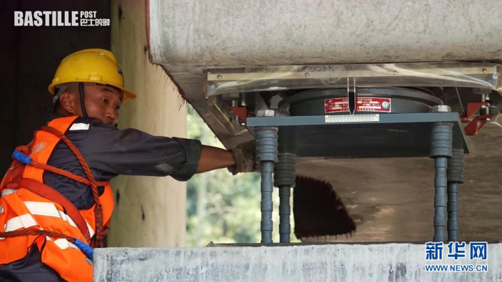 7月26日,施工人員為貴南高鐵澄江雙線特大橋最後一榀箱梁安裝支座螺絲。新華社發(高東風 攝)