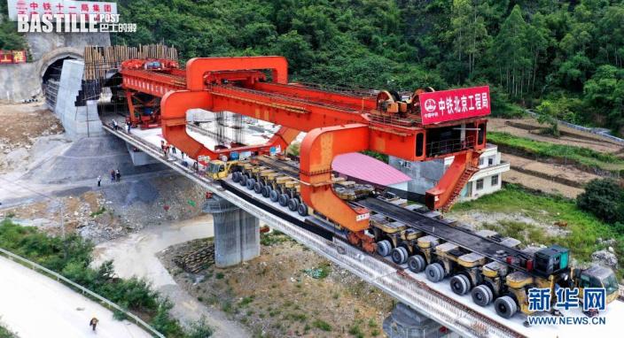 7月26日,貴南高鐵澄江雙線特大橋最後一榀箱梁吊裝完成。新華社發(高東風 攝)