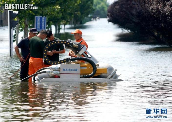 7月27日,救援人員在衛輝市區架設排澇設備。近日,受持續強降雨影響,河南省新鄉衛輝市城區積水嚴重。目前,救援人員正在積極開展排澇作業。新華社記者 李安 攝