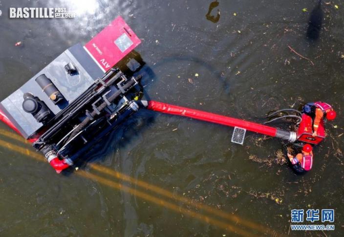 7月27日,江蘇省淮安市消防救援支隊救援人員在衛輝市區進行排澇作業(無人機照片)。近日,受持續強降雨影響,河南省新鄉衛輝市城區積水嚴重。目前,救援人員正在積極開展排澇作業。新華社記者 李安 攝