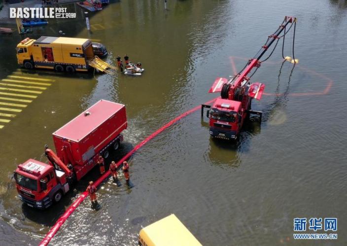 7月27日,救援人員在衛輝市區架設排澇設備(無人機照片)。近日,受持續強降雨影響,河南省新鄉衛輝市城區積水嚴重。目前,救援人員正在積極開展排澇作業。新華社記者 李安 攝