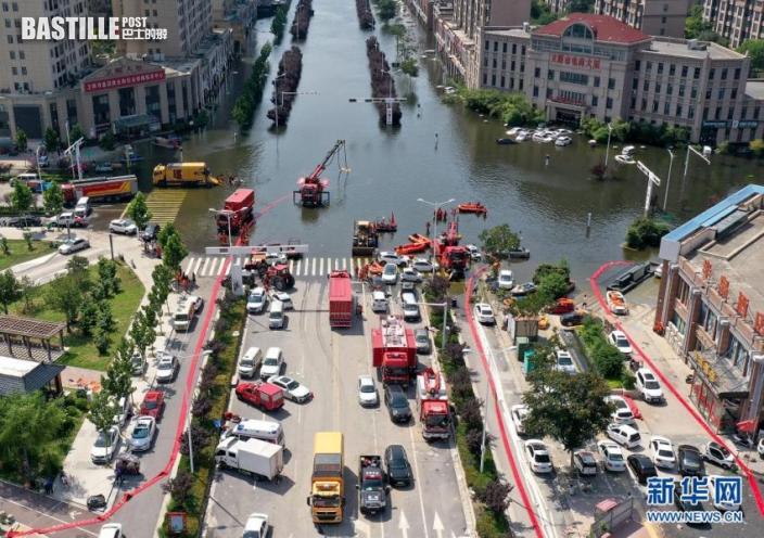 7月27日,救援人員在衛輝市區進行排澇作業(無人機照片)。近日,受持續強降雨影響,河南省新鄉衛輝市城區積水嚴重。目前,救援人員正在積極開展排澇作業。新華社記者 李安 攝
