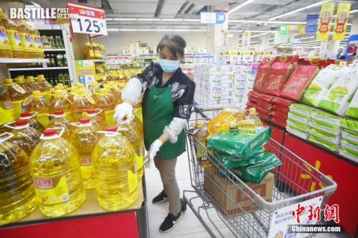7月27日,江蘇省南京市,新街口沃爾瑪超市工作人員擺放大米和油等生活必需品。