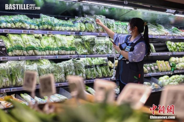 7月27日,江蘇省南京市,新街口沃爾瑪超市工作人員在生鮮果蔬區整理蔬菜。