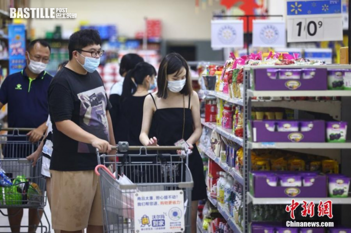 7月27日,江蘇省南京市,市民在新街口沃爾瑪超市選購商品。
