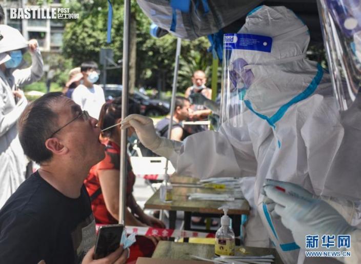 7月28日,市民在成都高新區盛興社區核酸採樣點接受核酸檢測採樣。nn  當日晚,記者從成都市疫情防控新聞發佈會上獲悉,7月28日0時至18時,成都市新增2例本土確診病例和1名無癥狀感染者。據了解,截至28日18時,成都全市已經追蹤確診病例在成都的密切接觸者203人,全市已經緊急啟動35個核酸檢測採樣場所。經過初步流行病學調查,目前成都共計確診的5例本土病例及1名無癥狀感染者,均與南京疫情存在關聯。新華社記者 王曦 攝