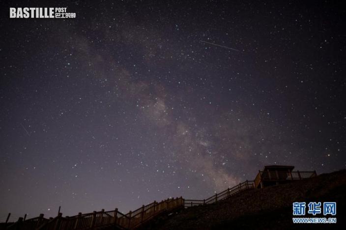 這是7月30日在寧夏銀川市境內的賀蘭山下拍攝的銀河和寶瓶座δ南流星雨。