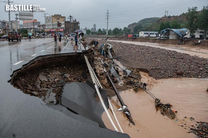 河南省鞏義市米河鎮受災嚴重:橋樑被衝垮,路面淤泥成堆