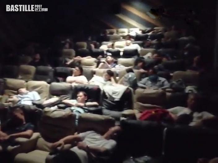 鄭州一家戲院開放影廳供上千人留宿避災