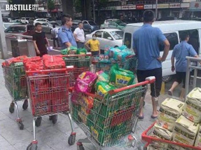鄭州鐵路全力為被困列車乘客供應物資 礦泉水及即食麵送抵