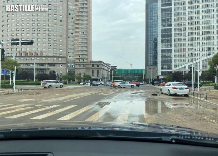 河南鄭州暴雨停電居民搶購樽裝水 超市用現金付款