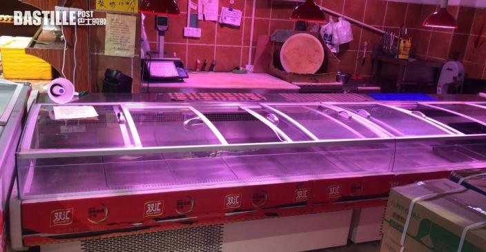 河南鄭州暴雨停水停電居民搶購樽裝水 超市用現金付款