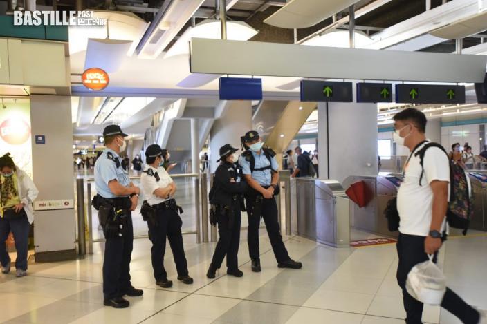 721事件2周年元朗站警員駐守 有人展示標語