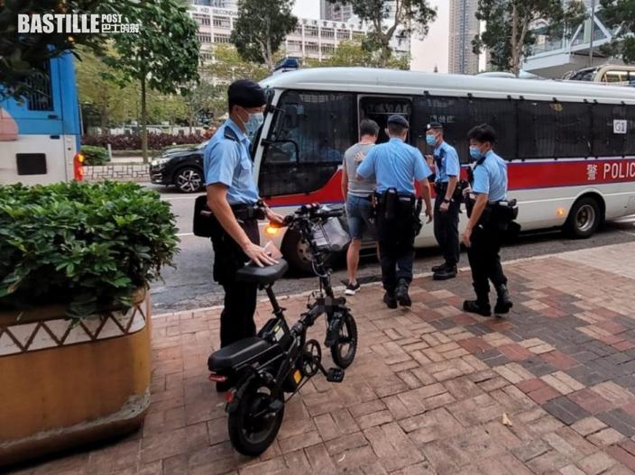 警將軍澳打擊非法電動車及單車違例 拘8人發6張傳票