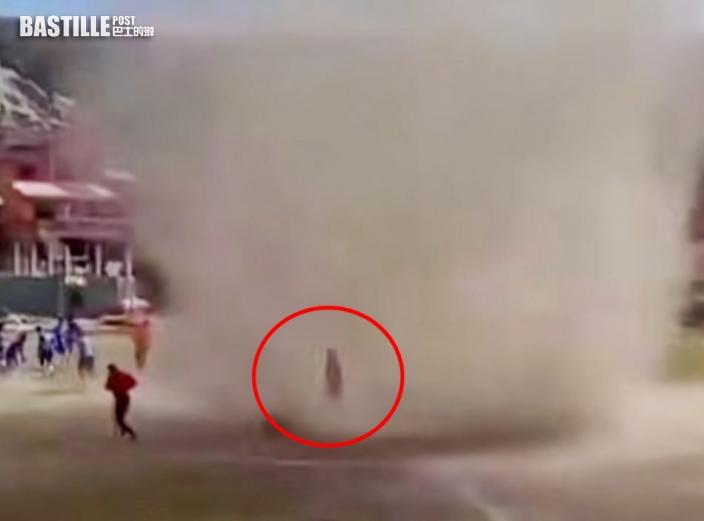 「塵捲風」突襲玻利維亞足球賽 淡定球證從容穿過