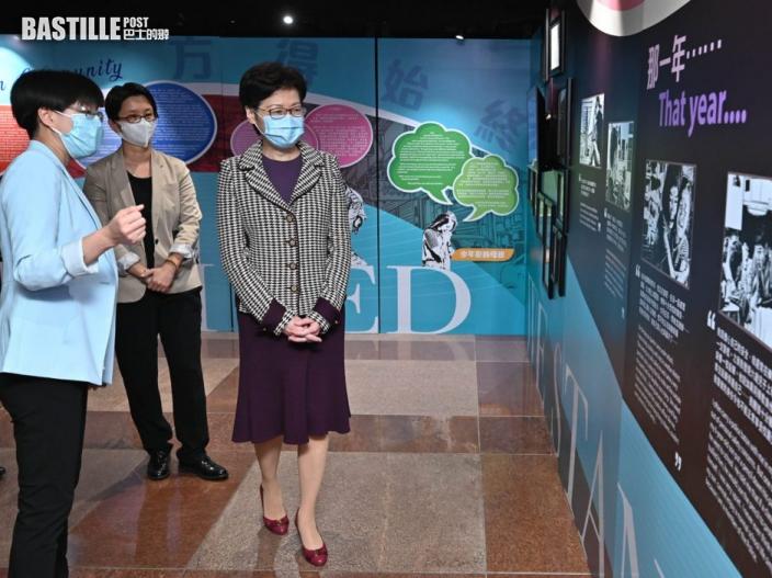 【Kelly Online】林鄭與鄧炳強參觀警隊專題展覽 粉絲爭住合照