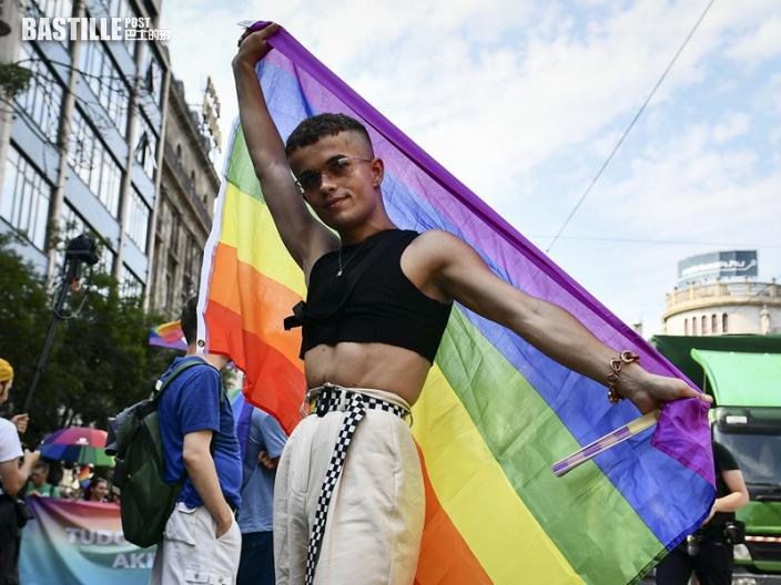 抗議反同新法 布達佩斯逾萬人遊行挺LGBTQ