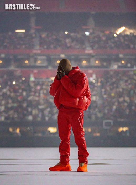 暫居運動場內 饒舌歌手Kanye絲襪笠頭造型睇球賽