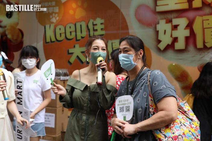 落區做直播玩派錢 黃婉曼兩個女勁黐身阻網上購物