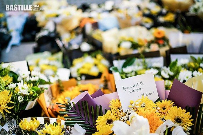 悼念遇難者 鄭州5號線地鐵口擺滿鮮花