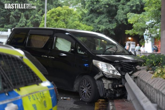 七人車遇警截查狂飆撞欄 車內藏利刀6男被捕