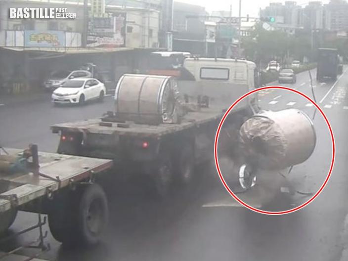 8噸重鋼圈飛墮馬路 停紅燈鐵騎士急閃逃過一劫