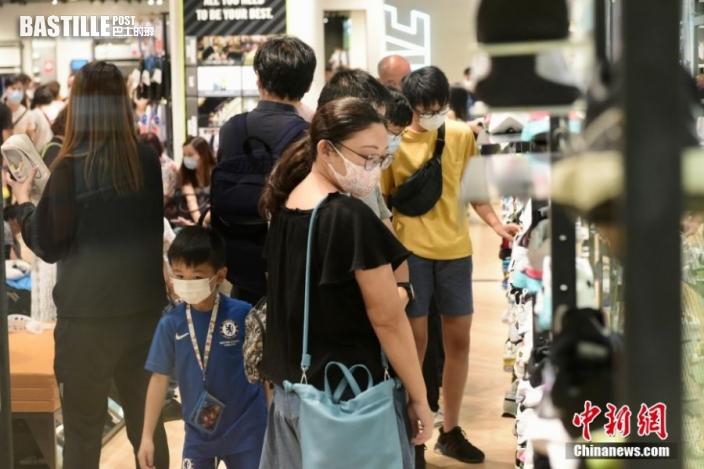 8月1日,香港特區政府向市民發放第一期2千港元電子消費券,位於尖沙咀一商場、零售商戶推出不同的優惠,吸引大量市民入內消費。圖為市民於商店內購物。 中新社記者 李志華 攝