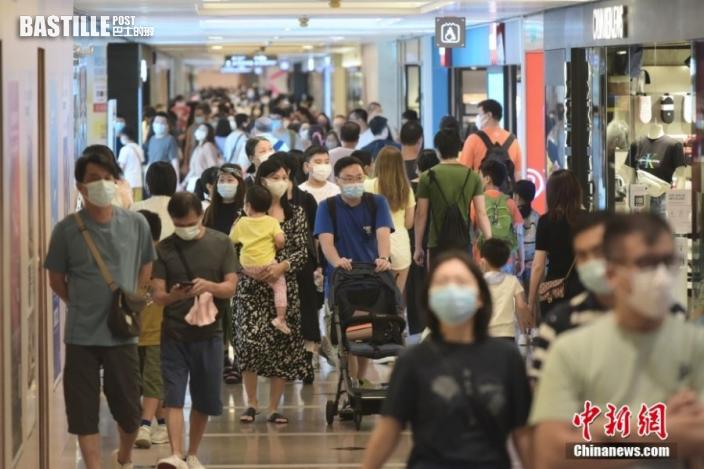 8月1日,香港特區政府向市民發放第一期2千港元電子消費券,位於尖沙咀一商場、零售商戶推出不同的優惠,吸引大量市民入內消費。圖為大批市民於尖沙咀一商場內購物。 中新社記者 李志華 攝