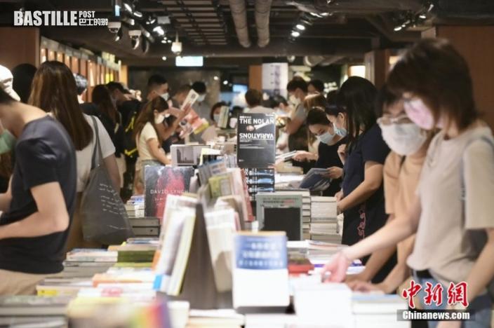 8月1日,香港特區政府向市民發放第一期2千港元電子消費券,位於尖沙咀一商場、零售商戶推出不同的優惠,吸引大量市民入內消費。圖為大批市民於尖沙咀一書店內選購書籍。 中新社記者 李志華 攝