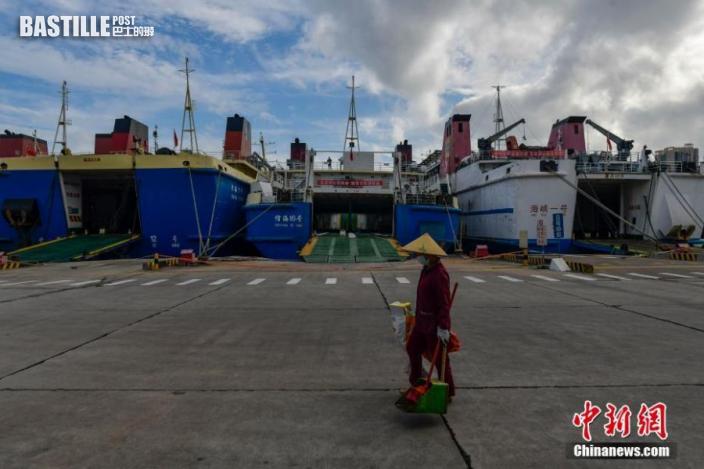 8月3日,停靠在海口港客運站碼頭的客滾船。因受熱帶低壓影響,瓊州海峽風力增大,瓊州海峽航線於當日2時起全線停運。 中新社記者 駱雲飛 攝