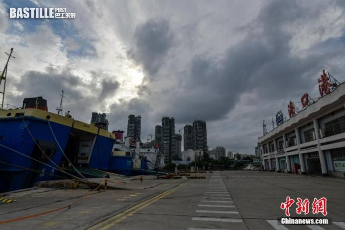8月3日,空曠的海口港客運站碼頭。因受熱帶低壓影響,瓊州海峽風力增大,瓊州海峽航線於當日2時起全線停運。 中新社記者 駱雲飛 攝
