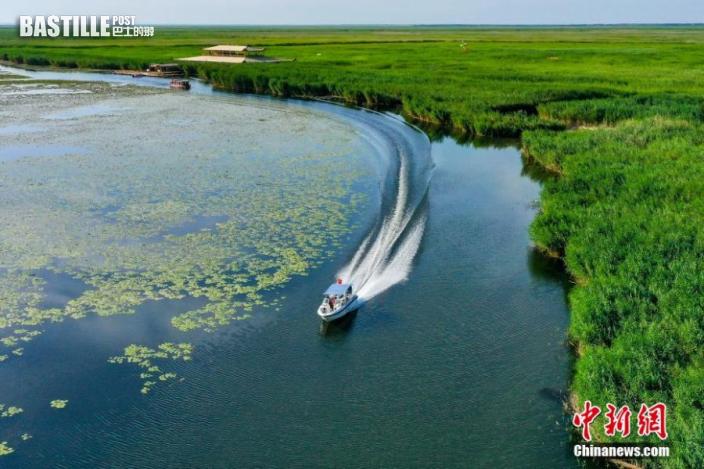 圖為遊客乘船賞美景。
