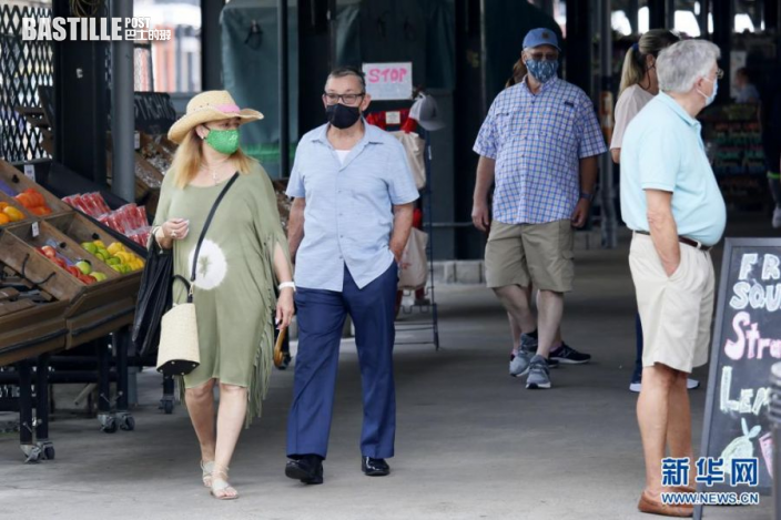 8月3日,人們在美國路易斯安那州新奧爾良市戴著口罩逛市場。