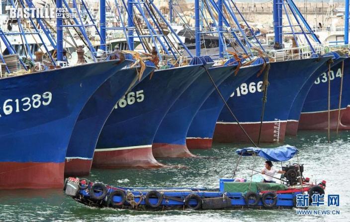 8月4日拍攝的停泊在漳州市龍海區港尾鎮斗美漁港的漁船。nn  近海生成的今年第9號颱風「盧碧」正積蓄力量向閩粵沿海靠近。為防範「盧碧」可能帶來的風雨浪影響,福建省4日啟動防颱風三級應急響應。水利部4日發佈的汛情通報顯示,颱風「盧碧」預計將於8月5日中午前後在廣東陸豐到福建晉江一帶沿海登陸。nn  新華社記者 周義 攝