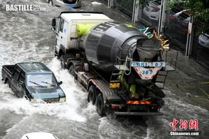 汽車經過積水路段。