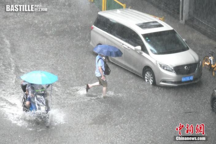 市民積水路段艱難出行。