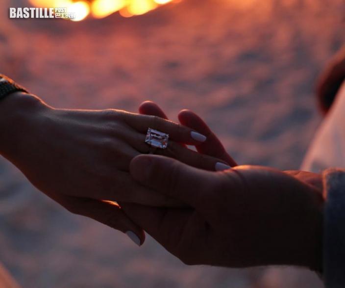 【收埋19年】賓艾弗力求婚鑽戒升價十倍 珍妮花復合再戴戒指值近億港元